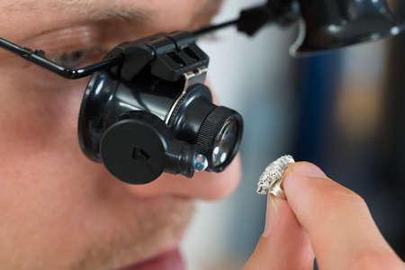 Close-up Van Juwelier Kijken Ring door vergrootglas Loupe