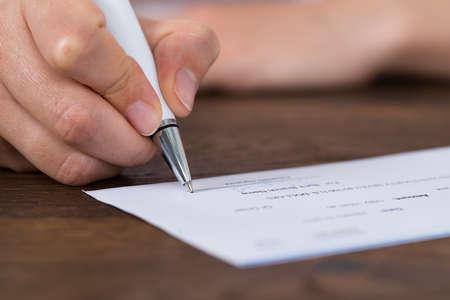 chequera: Primer plano de fotos de la persona manos firmar Cheque