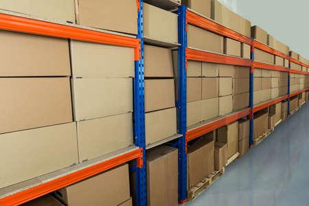 Kartons auf Regalen in Auslieferungslager Standard-Bild - 43305839