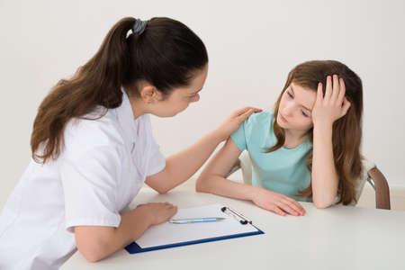 女医励み落ち込んだ患者のテーブルに座って