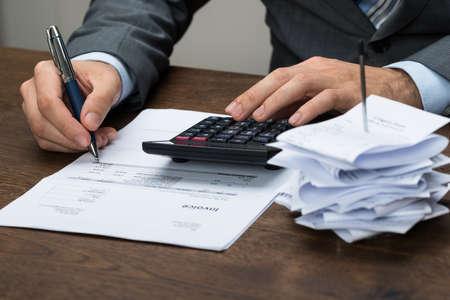 Close-up de Businessperson calcul des frais financiers Dans Office Banque d'images
