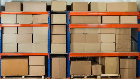 Scatole di cartone su ripiani in Deposito per la distribuzione Archivio Fotografico - 43306178