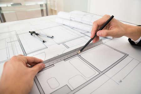 pravítko: Close-up inženýra čerpání diagramy s tužku a pravítko Na Blueprint Papír