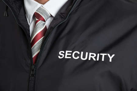 Close-up van de bewaker uniform dragen met de tekst Veiligheid