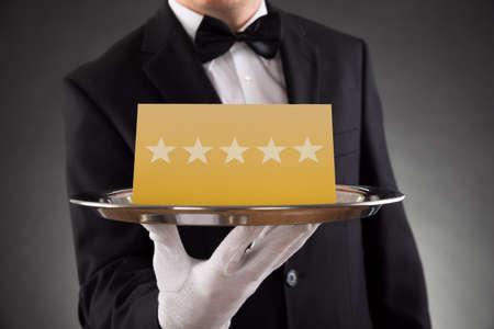 sterne: Close-up Der Kellner serviert Platte mit Star Rating