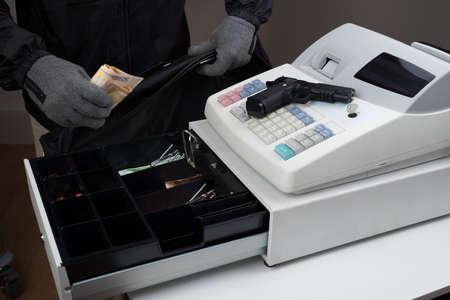maquina registradora: Primer De Ladrón Manos Tomando Papel dinero de la caja registradora