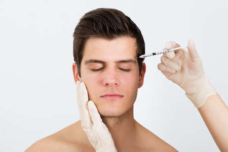 kunststoff: Close-up Person Hände Injektionsspritze mit Botox für Gesichtsbehandlung