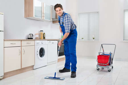 overall: Joven feliz Trabajador En general Mopping Suelo