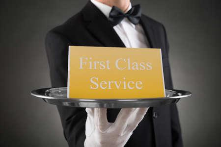 meseros: Primer De camarero llevaba guantes Dar Placa Con la primera clase de servicio a bordo del texto