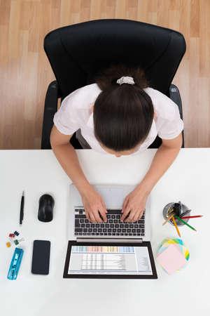 gente adulta: Opinión de alto ángulo Empresaria Joven Que Trabaja En La Computadora Portátil En Oficina