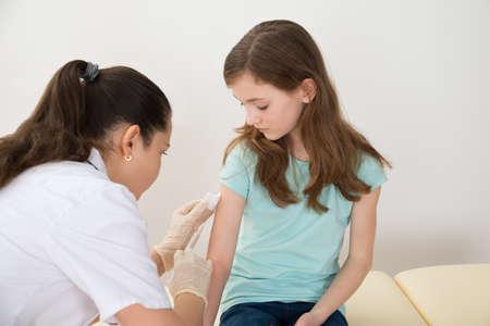 gripe: Doctora de Drogas Inyectables Con Jeringa Para Paciente