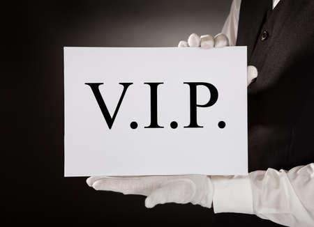 camarero: Primer Del Camarero En Uniforme Junta Holding Con El Vip texto