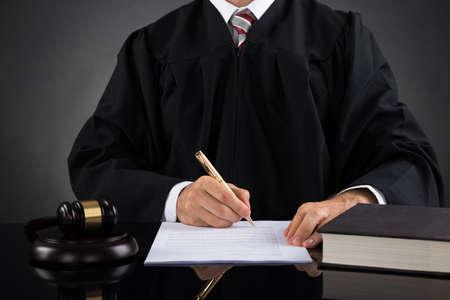 martillo juez: Primer Del Juez escrito en papel con l�piz en la sala de tribunal Foto de archivo