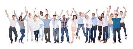 ležérní: Šťastné skupina lidí oblečený v ležérní Raising Arm nad bílým pozadím