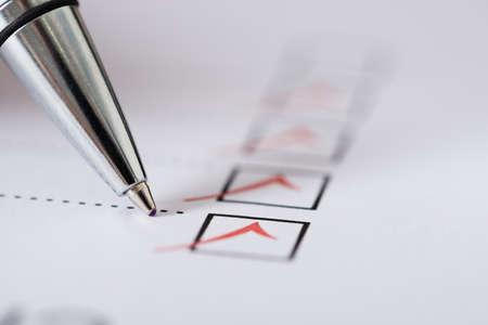 Close-up stříbrného pera Over Plněné zaškrtávacích políček Ve formuláři