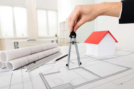 builder: Primer Del Arquitecto Hombre Manos que sostienen Comp�s En Blueprint