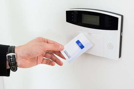 Close-up Van Ondernemer Handen Die Keycard Om Deur Open