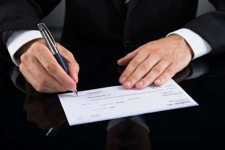chequera: Primer De Empresario manos Firmar Cheque con la pluma