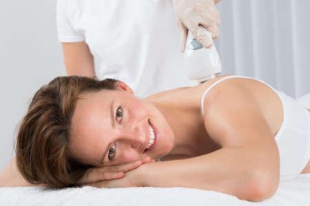 depilacion: Joven Bella Mujer que consigue el tratamiento con láser depilación