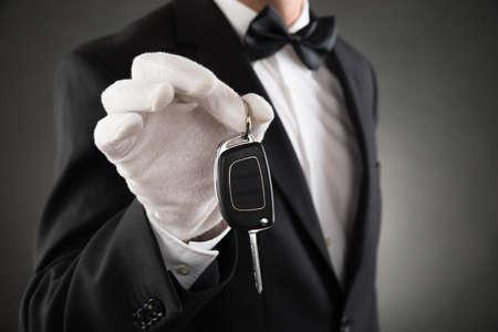 llaves: Primer De La clave Camarero Holding Autos en Manos