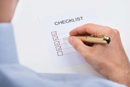kugelschreiber: Close-up Person Füllen Checkliste Formular mit Stift