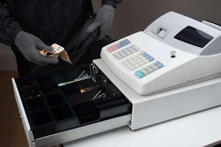 Ladrón en pasamontañas Máscara robar dinero de la caja registradora Foto de archivo - 45165852