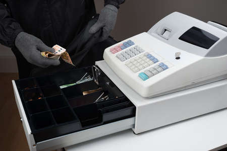 cash: Ladrón en pasamontañas Máscara robar dinero de la caja registradora