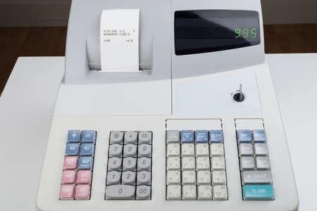 maquina registradora: Primer De La Caja Registradora Con recibo impreso