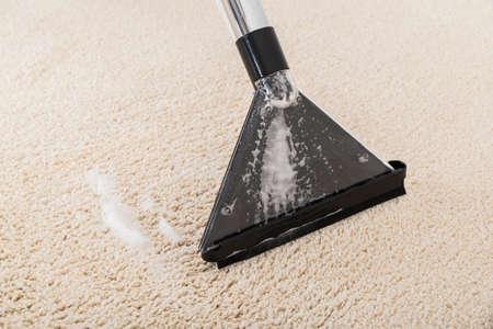 Nahaufnahme Der Staubsauger auf nassen Teppich