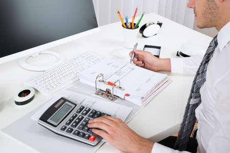 grapadora: Primer De Empresario Calcular Presupuesto Con la calculadora en el escritorio