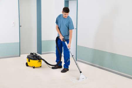 Office uniforms: Limpiador Hombre Joven En Uniforme aspiradora piso