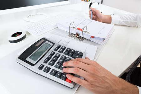 calculadora: Primer De Empresario Calcular Presupuesto Con la calculadora en el escritorio