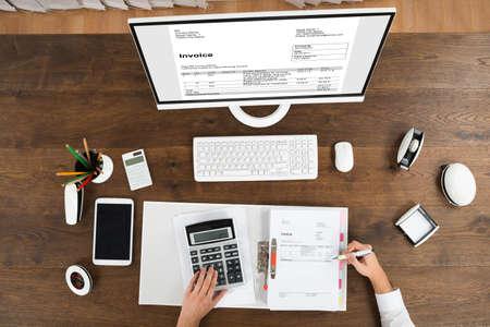 contabilidad financiera cuentas: Opinión de alto ángulo masculino joven Contador Comprobación Factura En Office