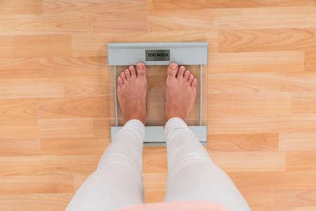 donne obese: Sezione inferiore Di Donna in piedi sulla scala di pesatura