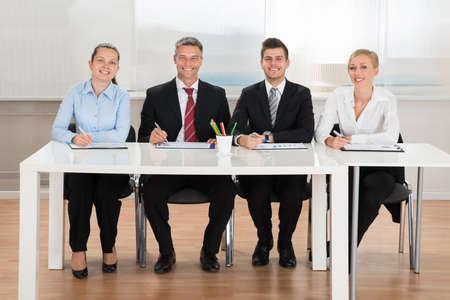 comité d entreprise: Groupe de gens d'affaires heureux Analyse Graphique Au bureau