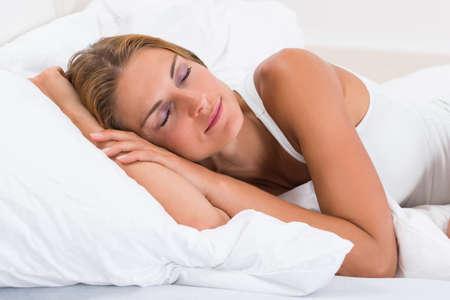dormir: Retrato de joven bella mujer durmiendo en la cama