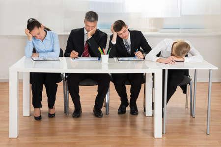 comité d entreprise: Équipe de gens d'affaires se ennuyer tout en travail de bureau Dans Office