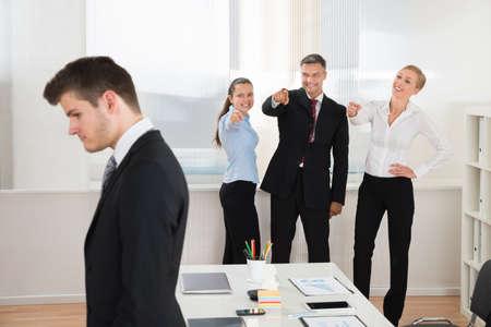 사무실에서 혼자 젊은 사업가를 괴 롭 히 행복 기업인 스톡 콘텐츠