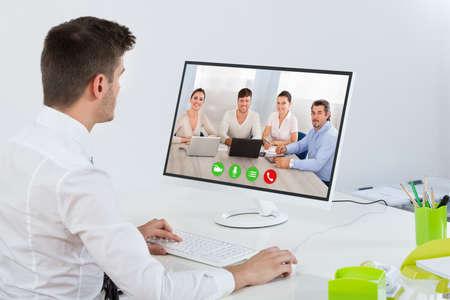 Junger Gesch�ftsmann, Videokonferenzen mit Kollegen auf Computer Lizenzfreie Bilder