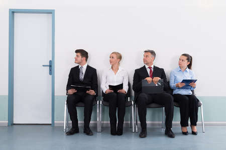 trabajo: Grupo de empresarios con archivos Sentado En Silla Para Dar Entrevista