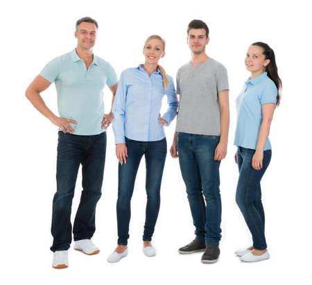 personas de pie: Grupo De Gente Feliz En Permanente Casual Sobre Fondo Blanco
