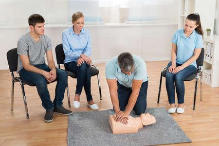 techniek: Man Instructeur Onderwijs Eerste Hulp Cpr techniek aan zijn studenten