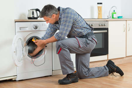 デジタル ・ マルチメータ自宅に洗濯機を確認修理の完全な長さ 写真素材