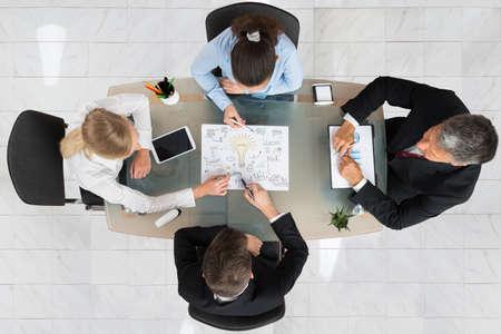 기업인의 높은 각도보기 책상에 시동 계획 논의 스톡 콘텐츠
