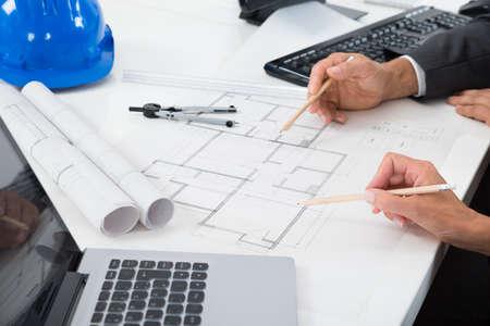arquitecto: Primer plano de dos arquitectos Manos trabajando en proyecto Foto de archivo