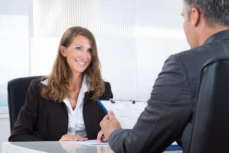 job: Gerente maduro entrevistar a un solicitante Mujer En La Oficina Foto de archivo