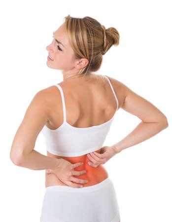 huesos: Triste joven que sufre de dolor de espalda sobre el fondo blanco