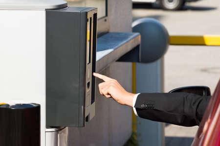駐車場の駐車場代が有料にマシンを使用して車に座る人 写真素材 - 47883775