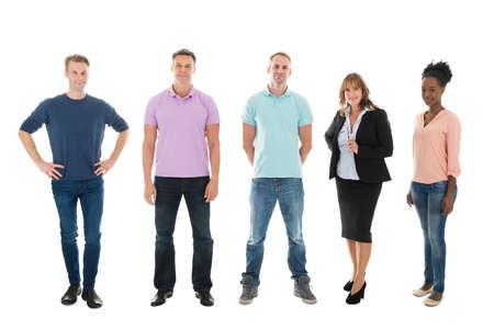 personas de pie: Retrato de cuerpo entero de los hombres de negocios creativos de pie con el gerente contra el fondo blanco Foto de archivo