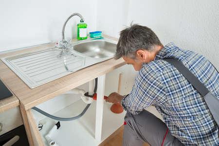 fontanero: tubería del fregadero fontanero fijación de tipo macho con una llave ajustable en la cocina